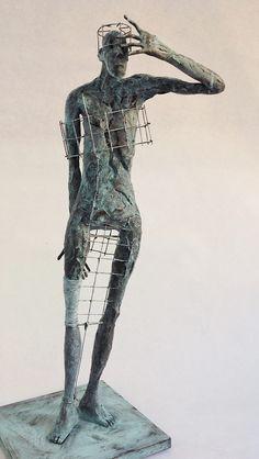 "Pablo Hueso. ""Pensa"" Figura Ne353. 2017. Arcilla polimérica. Polvo de bronce. Acero. 41 x 15 x 15 cm. http://www.pablohuesoart.com"