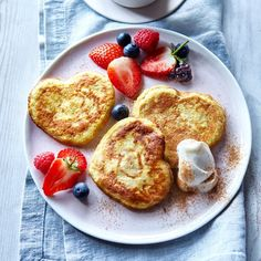 Pancakes with mixed berries | Slimming World Slimming World Pancakes, Slimming World Pizza, Slimming World Desserts, Slimming World Recipes, Pizza Topped Chicken, American Style Pancakes, Good Food, Yummy Food, Healthy Food