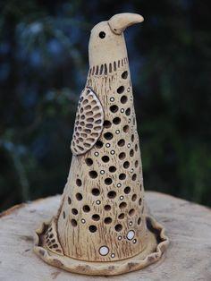 Keramický ptáček - lampa, svícen Vyrobeno ze šamotové hlíny, zatíráno burelem, částečně glazováno. Výška cca 20 cm. Ručně modelováno. Pottery Animals, Ceramic Animals, Ceramic Birds, Clay Animals, Ceramic Clay, Ceramic Vase, Ceramic Pottery, Pottery Art, Ceramic Lantern