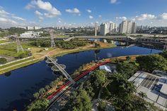 Construido en 2013 en São Paulo, Brasil. Imagenes por Leonardo Finotti, Pedro Kok, Paulo Pereira. . La ciudad de São Paulo tiene pocos puentes para ciclistas y peatones. Justo frente ala sede de Bayer, este puente está situado en el encuentro...