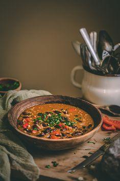 Jedným z našich obľúbených jesenných receptov je aj domáce chilli con carne so štipkou horkej čokolády. Recept naň je vcelku klasika, skladá sa zo zopár ingrediencií a pritom je to vskutku dobrota. Ide o mäsový recept, takže kladieme dôraz na pôvod mäsa a udržateľnosť = striedmosť. Ale, Cooking Recipes, Ethnic Recipes, Fitness, Food, Red Peppers, Eten, Ales