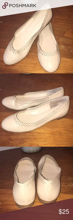 Banana Republic Flats EUC. Great neutral color, light cream color. Leather upper. Size 8. Beautiful scalloped detail with a cushiony insole. I ❤️offers! Last pic taken without flash and is more representative of color. Banana Republic Shoes Flats & Loafers