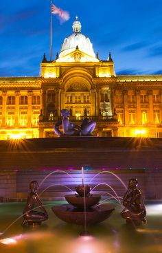 Dhruva Mistry's fountain stands illuminated in front of the Birmingham Council House, in Victoria Square. The fountain features the large figure of a woman, known as the Floozy in a Jacuzzi by the locals, while the classical council house dates to Birmingham England, Birmingham Alabama, England And Scotland, England Uk, Cool Places To Visit, Places To Go, Birmingham Airport, Council House, West Midlands