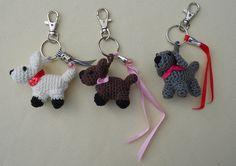 De hondjes nu verfraaid met bedeltjes, lintjes, lovertjes en sleutelhangers.