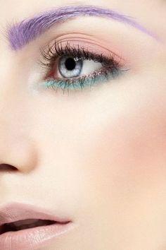 Colori pastello sugli occhi e sopracciglia lilla