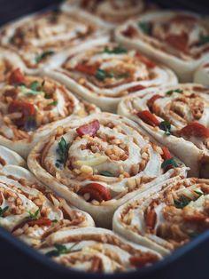 Svampet pizzasnegle kage med pepperoni, ost og friske krydderurter   Sundheds og livsstils blog Tapas, Danish Cuisine, Vegetarian Recipes, Cooking Recipes, Food Is Fuel, Dinner Is Served, Frisk, Fabulous Foods, Pain