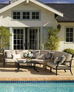 Our Carlisle Onyx Right-facing Arm Chair helps you create a comfortable and durable outdoor living space.