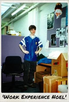 """from-here-to-arcadia: """"Noel being sexy. Noel Gallagher Young, Liam Gallagher, Oasis Album, Football Music, Oasis Music, Oasis Band, Liam And Noel, Primal Scream, Classic Football Shirts"""