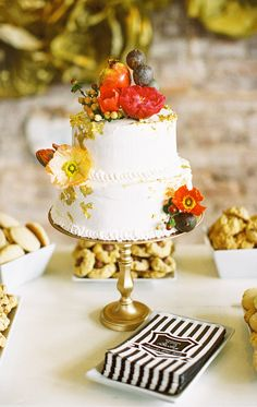 Pomegranate-topped cake presented on a gold pedestal Very romantic sweet and modern wedding cakes Wedding Cake Decorations, Wedding Cake Designs, Wedding Ideas, Cake Wedding, Gorgeous Cakes, Pretty Cakes, Amazing Wedding Cakes, Amazing Cakes, Naked Cakes