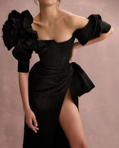 - Celebrity style Couture collection black, haute Couture collection, Co - Dresses Elegant, Pretty Dresses, Beautiful Dresses, Look Fashion, Runway Fashion, High Fashion, Fashion Design, Fashion Black, Trendy Fashion