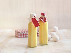 Hjemmelaget Eggelikør (Homemade, Christmas present) 🤶🎅🇳🇴 Cocktail Recipes, Cocktails, Drinks, Christmas Presents, Xmas, Hot Sauce Bottles, Food And Drink, Yummy Food, Candles