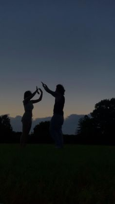 Best Friends Aesthetic, Aesthetic Movies, Aesthetic Videos, Aesthetic Backgrounds, Teen Photography Poses, Wedding Couple Poses Photography, Cute Love Couple, Cute Couple Videos, Cute Couples Goals