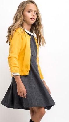 Pichi franela en gris con chaqueta de punto en color oro para niña