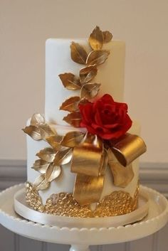 bicolore : rouge et or ! 10 – Lace Wedding Cake Ideas - -Mariage bicolore : rouge et or ! 10 – Lace Wedding Cake Ideas - - love the hearts. Wedding Anniversary Brown and gold cake by The Wedding Cake Shoppe at The Original Wedding Soiree 2012 Beautiful Wedding Cakes, Gorgeous Cakes, Amazing Cakes, Fancy Cakes, Cute Cakes, Fondant Cakes, Cupcake Cakes, Gold Cake, Elegant Cakes