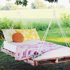 A DIY to make a swing bed out of pallets. If this makes you long for summer I don't know what does!
