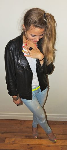 #neon #highheels #bikerjacket #necklace #fun #polish #destroyed #jeans #Look on www.naloudesbois.com