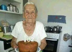 Ő sütötte meg a saját tortáját 🎂 102 éves Style, Swag, Outfits