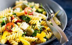Kreikkalaisen pastasalaatin voi tarjota lounaaksi, pakata evääksi tai tehdä isompana annoksena noutopöydän ruoaksi.