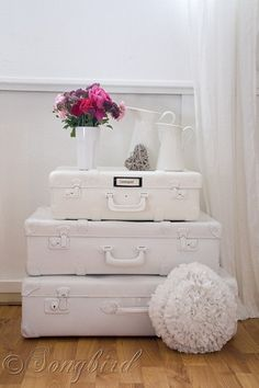 Paint vintage suitcases and stack them to create a charming sidetable via http://www.songbirdblog.com