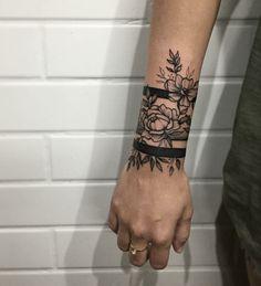 Armband Tattoo Bilder - Tattoos for women Arm Band Tattoo For Women, Wrist Band Tattoo, Wrist Tattoo Cover Up, Flower Wrist Tattoos, Tattoo Bracelet, Forearm Tattoos, Body Art Tattoos, Tribal Tattoos, Ankle Cuff Tattoo