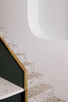 Wie kent het nog, het materiaal terrazzo? Het is een naam die gebruikt wordt voor een vloerafwerking die bestaat uit marmer korrels of korrels van een ander materiaal. De korrels...