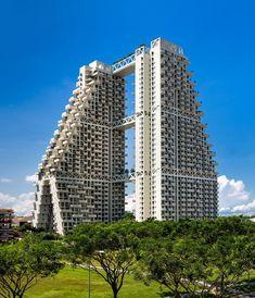 """O projeto deste inovador par de edifícios foi pela primeira vez conhecido em 2013, tendo sido finalizado esta semana. O conjunto é formado por duas torres de 38 pisos, unidas por três passagens elevadas, criado com base nos princípios da geometria fractal. Da autoria do projetista israelita Moshe Sadfie, o """"Sky Habitat"""" é caracterizado por um desenvolvimento tridimensional reticulado com fortes influências orgânicas."""