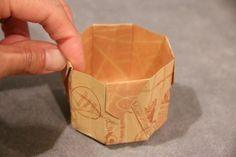 普通の折り紙1枚で作ることができる、簡単で可愛い箱の折り方メモです。 材料:折り紙1枚(こちらが表) 三角に折る(面が上) もう一度、三角に...