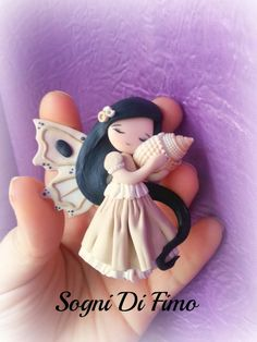 Polymer clay butterfly fairy with seashell accessory Polymer Clay Figures, Cute Polymer Clay, Cute Clay, Polymer Clay Dolls, Polymer Clay Miniatures, Polymer Clay Projects, Polymer Clay Charms, Polymer Clay Creations, Handmade Polymer Clay