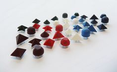 Forme disponibili :  Cono 9mm - Altezza 5mm English Cut 9mm - Altezza 5mm Mezza sfera 9mm - Altezza 7mm Piramide quadrata 9x9mm - Altezza 5mm Piramide 12x10mm - Altezza 7mm Stella 15mm - Altezza 5mm  Colori disponibili :  Bianco, Rosso, Bordeaux, Verde, Azzurro, Blue navy, Nero