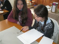Students discussing and investigating hydrogels at Scoala Gimnaziala 4 Fratii Popeea, Romania