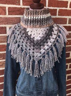 Bufanda de cuello de vaca   Etsy Crochet Cape, Crochet Poncho Patterns, Chunky Crochet, Chunky Yarn, Crochet Cardigan, Crochet Scarves, Crochet Shawl, Crochet Clothes, Hand Crochet