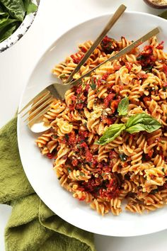 Sun Dried Tomato Pesto Pasta by minimalistbaker: AMAZING 6 Ingredient Sun-Dried Tomato PESTO Pasta! 6 ingredients, 20 minutes, SO delicious and healthy! Vegetarian Pasta Dishes, Vegetarian Recipes, Healthy Recipes, Tomato Sauce Recipe, Homemade Tomato Sauce, Sauce Pesto, Easy Pasta Recipes, Sauce Recipes, Recipes Dinner