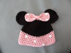 Minnie Mouse baby hat - free pattern from www.freecrafterme.com