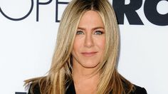 These celebrities have the best ash blonde hair that will make you want to share with your colorist: Jennifer Aniston. Summer Hairstyles, Straight Hairstyles, Cool Hairstyles, Holiday Hairstyles, Hairdos, Hairstyles Haircuts, Jennifer Aniston Plastic Surgery, Actrices Blondes, Jennifer Aniston Hair