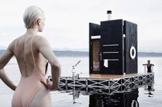 Funded by a Kickstarter and currently floating about on Lake Union in Seattle, this Floating Sauna is a buoyant piece of modern architecture. The deck is framed in aluminum and clad in marine-grade plywood, while the sauna is covered in. Floating House, Floating In Water, Nautilus, Design Sauna, Mobile Sauna, A Well Traveled Woman, Lake Union, Villa, Denzel Washington