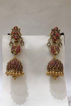 Kids Gold Jewellery, Gold Jewelry Simple, India Jewelry, Gold Jewellery Design, Gold Jhumka Earrings, Jewelry Design Earrings, Gold Earrings Designs, Antique Jewelry, Jewelery