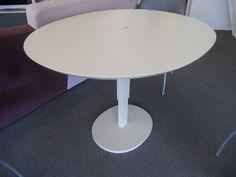 Table de repas réglable en hauteur Grande Lunatique de Ligne Roset en laque mastic 993 € au lieu de 1.343 €