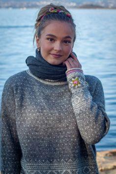 Grått i Setesdal | Garnpakker med strikkeoppskrifter fra Sidsel J. Høivik Knitting Designs, Knitting Patterns, Knitting Help, Color Patterns, Ravelry, Knit Crochet, Turtle Neck, Sweaters, Fashion