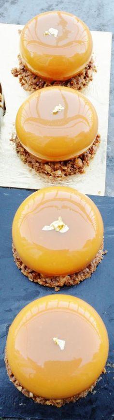 Une petite recette plutot simple avec 3 éléments : un croustillant praliné avec éclats de noisettes du piémont, un insert de caramel vanille et une crème légère vanille tonka. Simple mais efficace ...