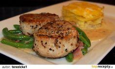 Maso nakrájíme na silnější steaky a posypeme pepřovým kořením. Pokapeme olejem, přidáme bylinky a necháme aspoň hodinku odpočívat.  Pak maso...