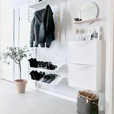 Zone d'entrée blanche avec deux armoires à chaussures 'Trones' Ikea @ mz. - - Zone d'entrée blanche avec deux armoires à chaussures 'Trones' Ikea @ mz. Hallway Storage, Ikea Storage, Ideas Para Organizar Ropa, Trones Ikea, Ikea Entryway, Ikea Hallway, Ikea Shoe, Small Hallways, Condo Living