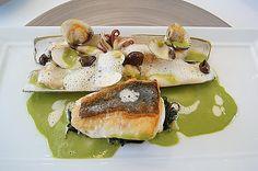 """st-pierre olive.JPG一道綜合海鮮:煎海魴魚排,新鮮血蛤,小章魚,以及法語中稱為""""刀子""""的蟶子。難得的是每種海鮮的火候熟度都精確:七八分熟的海魴,近乎全生的血蛤,彈牙脆爽的小章魚,半生熟的蟶子。佐的是濃稠而清芬的奶油水芹泥醬汁。"""