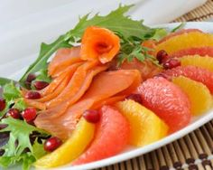 Salade de saumon mariné au pamplemousse : http://www.fourchette-et-bikini.fr/recettes/recettes-minceur/salade-de-saumon-marine-au-pamplemousse.html