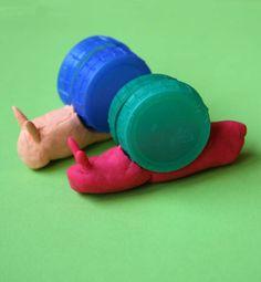 Voici une activité pour les tout-petits, avec de la pâte à modeler. Elle leur permettra d'exercer leur motricité fine et de muscler leurs petits doigts en pétrissant la pâte. Ils apprendront notamment à faire des boudins, ce qui n'est pas inné (en tout cas, mes enfants n'y arrivaient pas forcément quand ils étaient tout petits!). Je vous propose donc aujourd'hui de fabriquer des escargots, en ajoutant au kit de pâte à modeler (faite maison ou non) des bouchons en plastique. Matér…