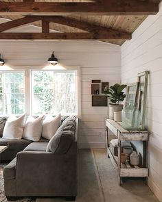 Top 5 Friday: How To Get The Modern Farmhouse Look. Five tips for creating a modern farmhouse style space in your own home. Home Living Room, Living Room Decor, Living Spaces, Style At Home, Room Additions, Home And Deco, Modern Farmhouse, Farmhouse Style, Great Rooms