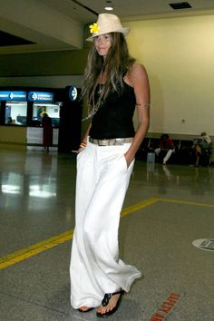 ~ Elle MacPherson style thread ~ Click this image to show the full-size version. Fashion Pants, Boho Fashion, Paris Fashion, Flare Jeans Outfit, Elle Macpherson, Mein Style, White Chic, Classy Casual, Timeless Fashion