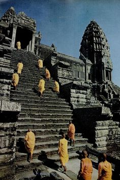 Monks walking up the Angkor Wat in Cambodia. Laos, Angkor Wat, Ancient Greek Architecture, Gothic Architecture, Koh Chang, Buddha, Asia Travel, Vietnam Travel, Temples