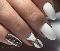 Белый цвет и золото - изысканное сочетание💍 nailsoftheday.com #маникюрдня #ногти #гельлак #дизайнногтей #идеидляманикюра #мастерманикюра #nailмастер #gelpolish #nails #маникюр #нежныйманикюр #негативноепространство #стразы