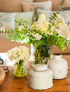 Jarrón de cerámica con flores verdes y blancas