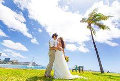 まさかの一切加工なし❗️ハワイの空は、高くて青くて大きくてこの下からショットで寸胴な私たちもまぁまぁな見栄えにw #ハワイ挙式 #ハワイ結婚式 #ハワイウェディング #ビーチウェディング #リゾ婚 #プレ花嫁 #卒花 #ブーケ #トロピカルブーケ #ビーチフォト #オアフ島 #ホノルル #ワイアラエ #マジックアイランド